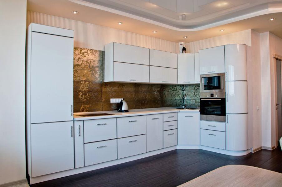 Угловая кухня с радиусной консолью