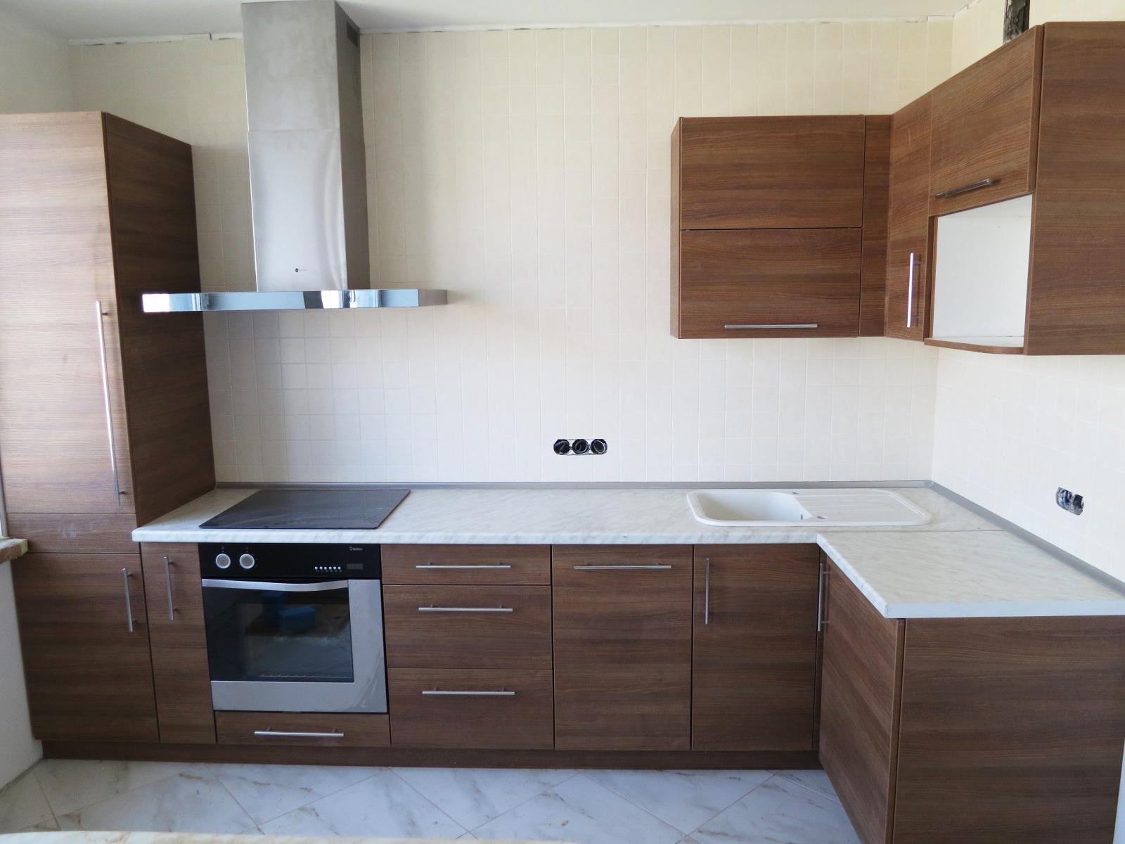 Уютная угловая кухня из ЛДСП