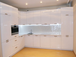 Глянцевая угловая белая кухня