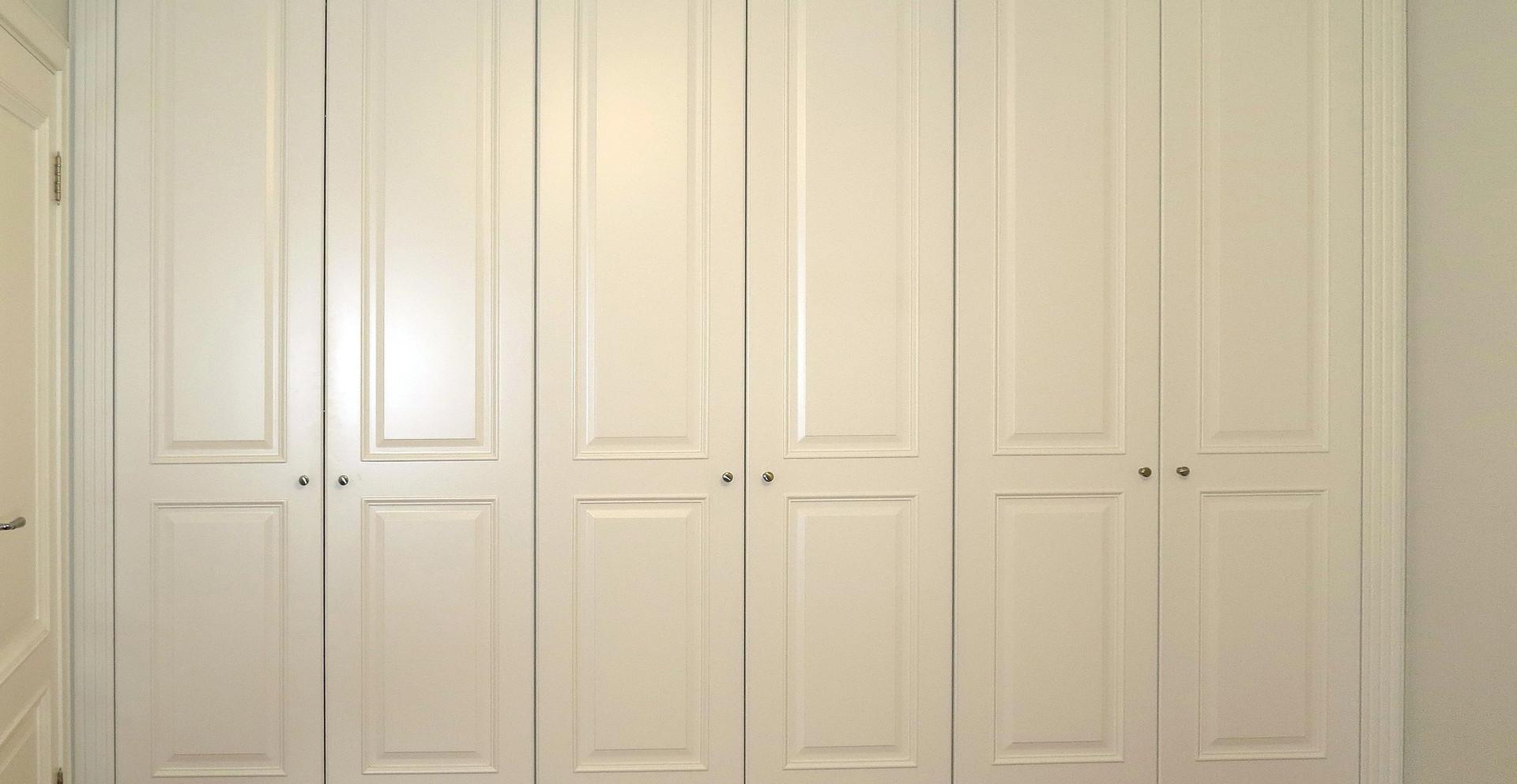 """Шкаф с распашными фасадами цвета """"слоновая кость"""""""