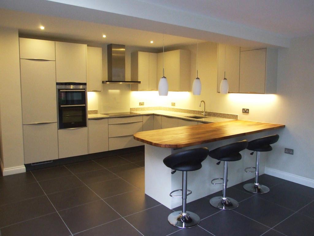 Кухня со стойкой в пастельных тонах