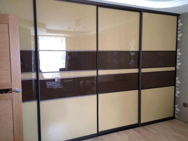 Встраиваемый четырехдверный шкаф-купе с стеклом шоколадного цвета