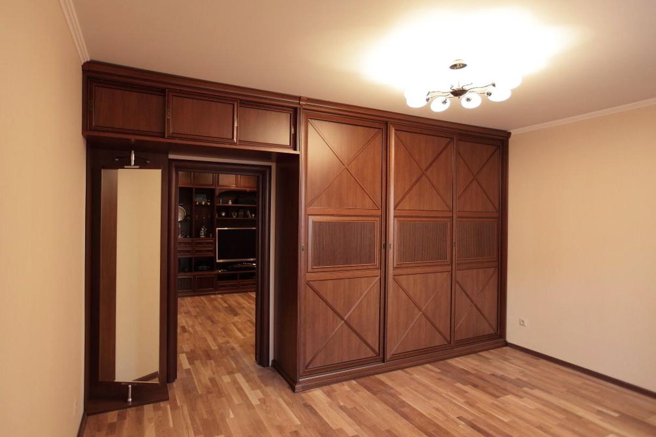 Система шкафов в комнате