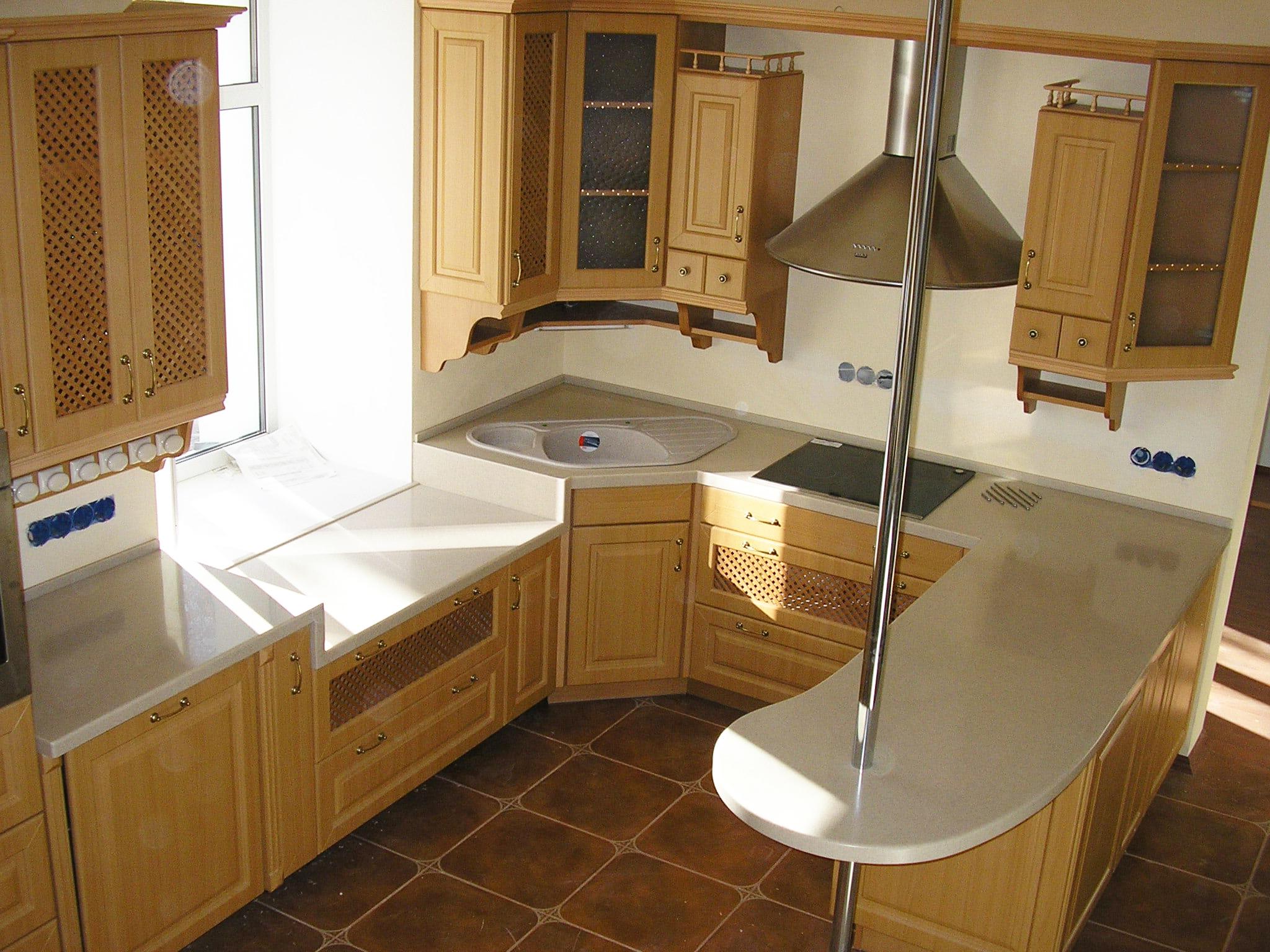 Небольшая кухня с угловой мойкой
