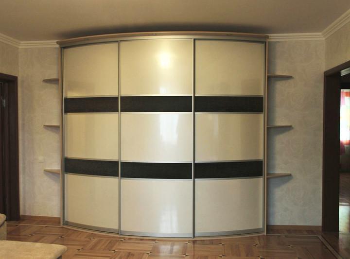 Радиусный шкаф-купе с угловыми полками