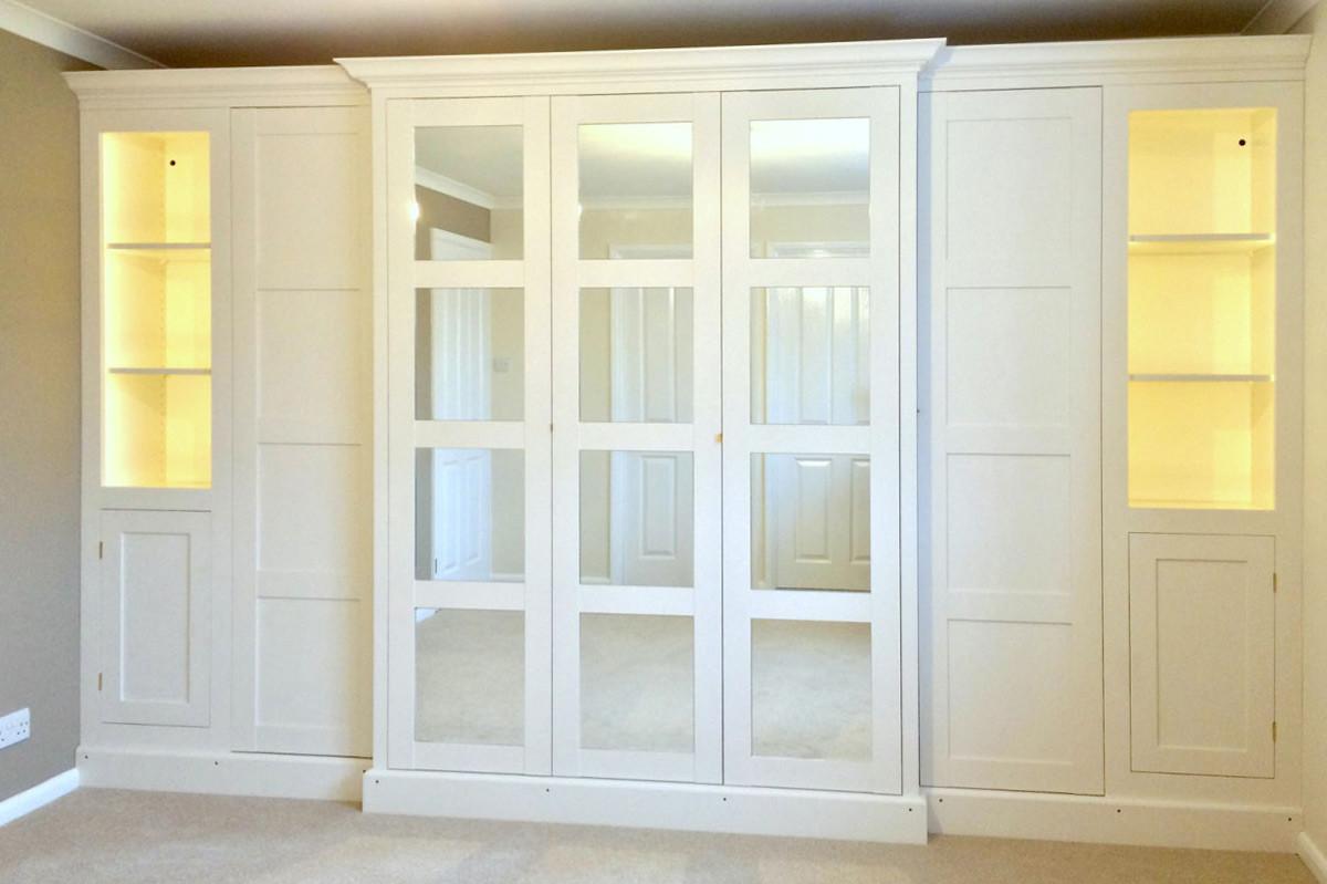 Шкаф с распашными фасадами и с открытыми нишами