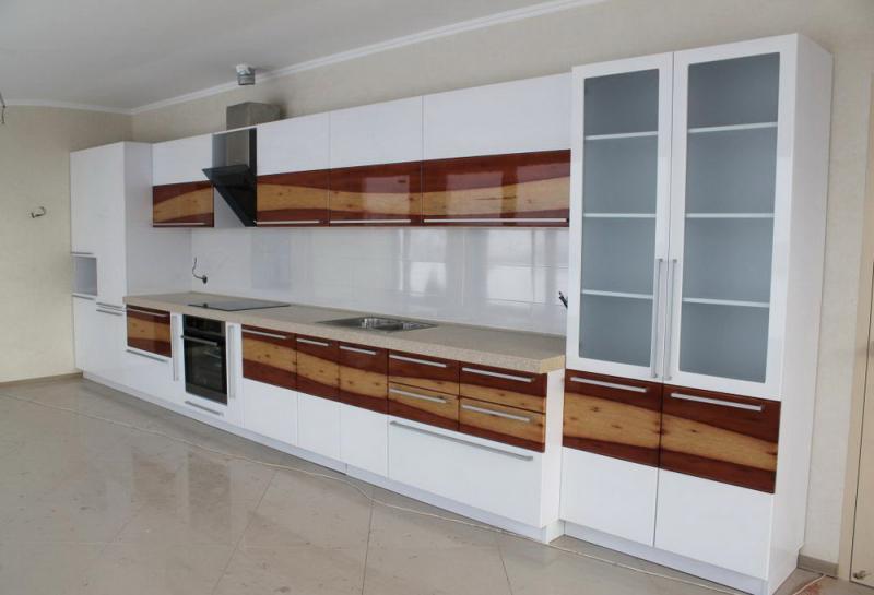 Кухня с текстурой дерева на фасадах