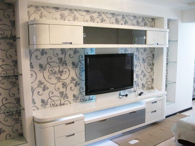 Стенка в гостиную с зоной для телевизора с белыми глянцевыми фасадами