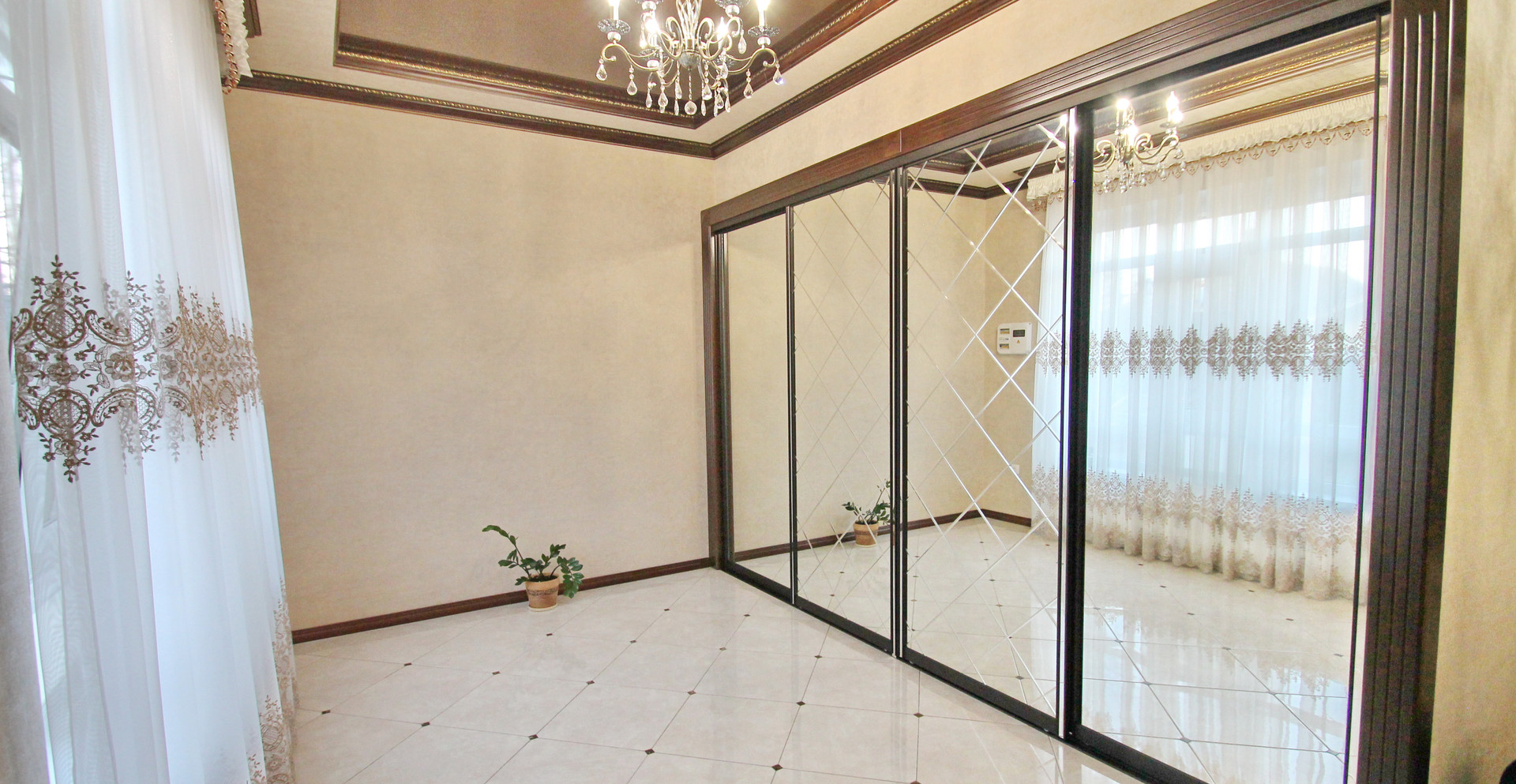 Шкаф-купе с зеркальными фасадами с алмазной обработкой