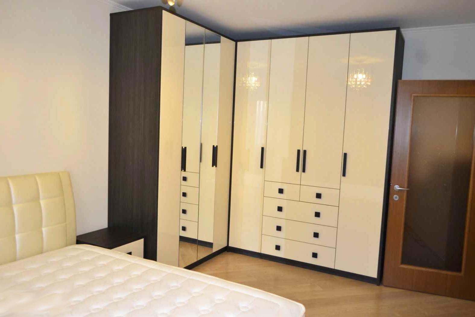 Угловой шкаф с распашными фасадами