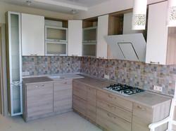 Угловая кухня с небольшим пеналом