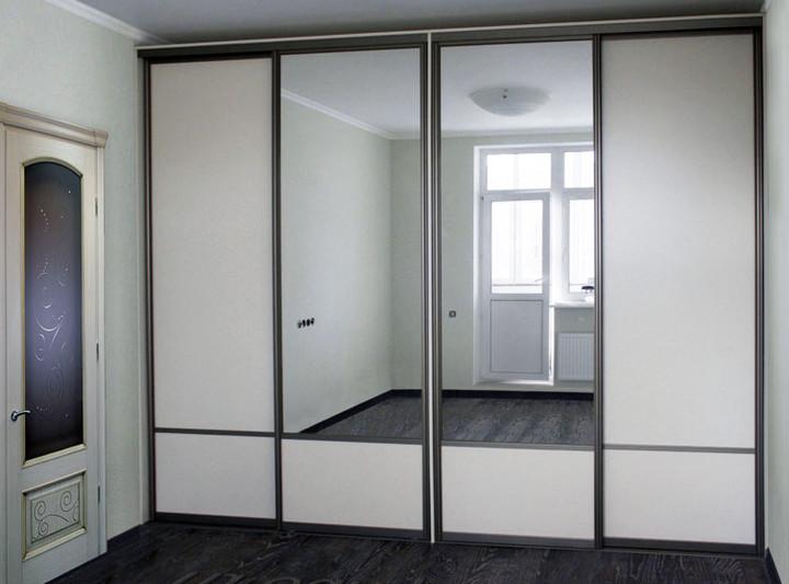 Встраиваемый шкаф-купе четырехдверный с зеркальными фасадами