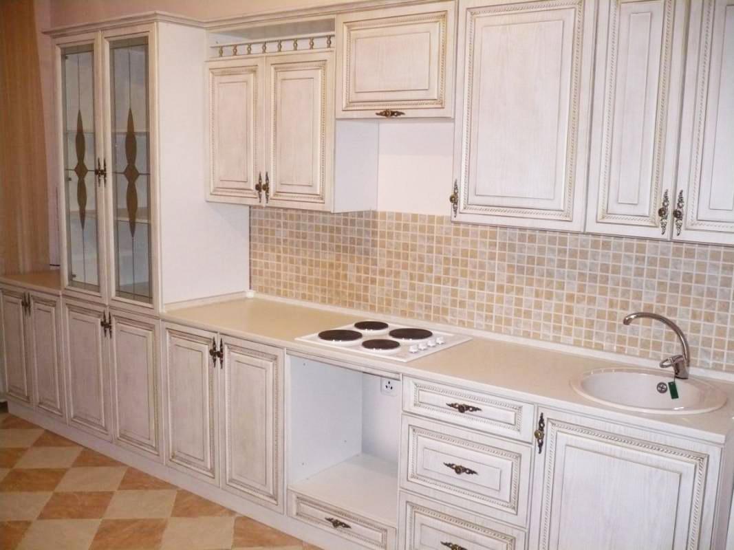 Прямая кухня с витражными стеклами