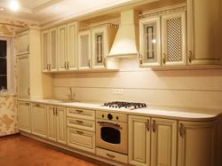 Кухня с золотой патиной на фасадах