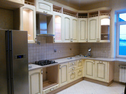 Угловая кухня с открытыми нишами