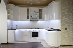 П-образная белая глянцевая кухня