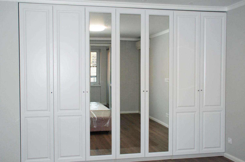 Шкаф с распашными зеркальными фасадами для спальни