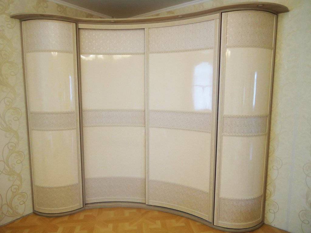 Радиусный шкаф-купе с пластиком бежевого цвета