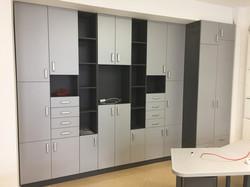 Шкаф с фасадами серого цвета