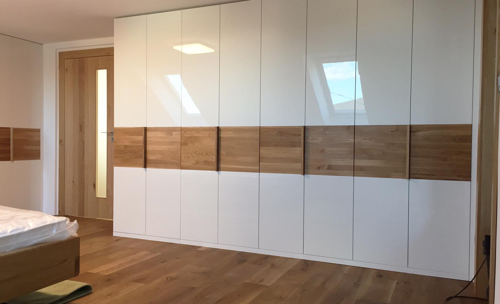 Шкаф с распашными фасадами в скандинавском стиле