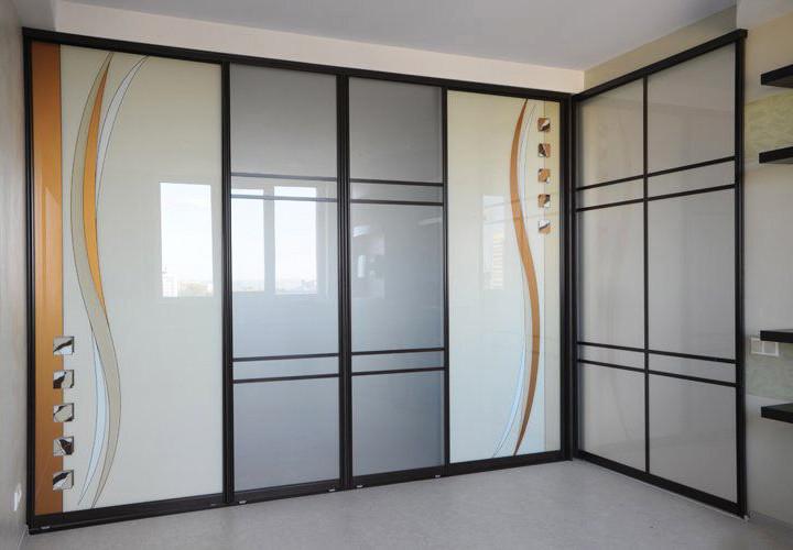 Угловой шкаф-купе с фотопечатью на стекле фасадов