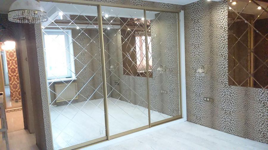 шкаф-купе с зеркальными фасадами с алмазной обработкой для спальни