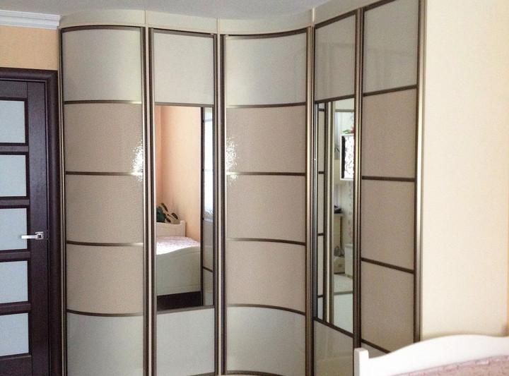 Радиусный шкаф-купе с зеркальными фасадами