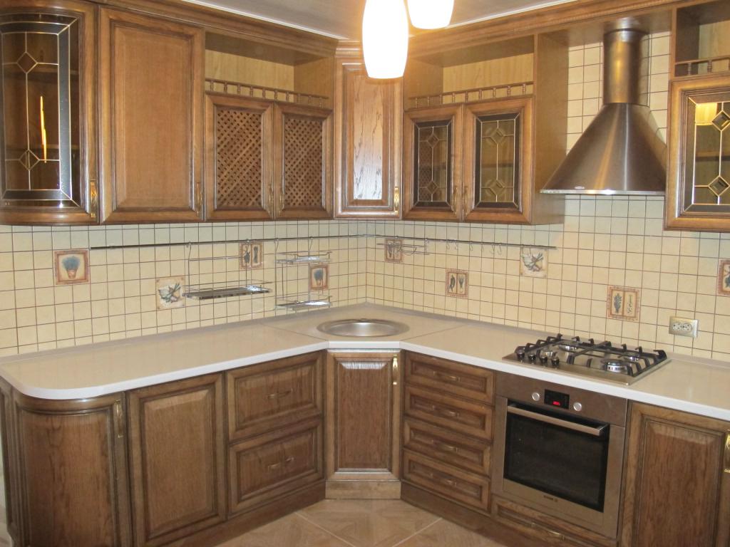 Угловая кухня с фасадами цвета Орех