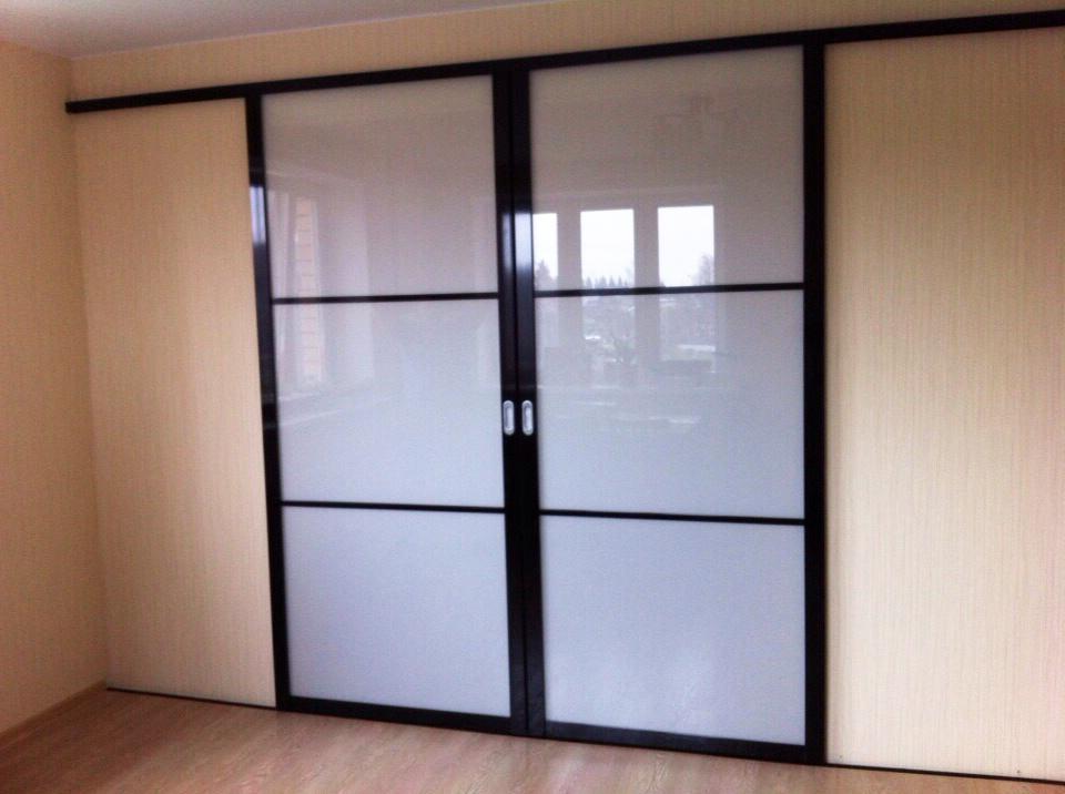 Двери-купе с белым стеклом