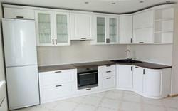 Белая кухня с угловой мойкой