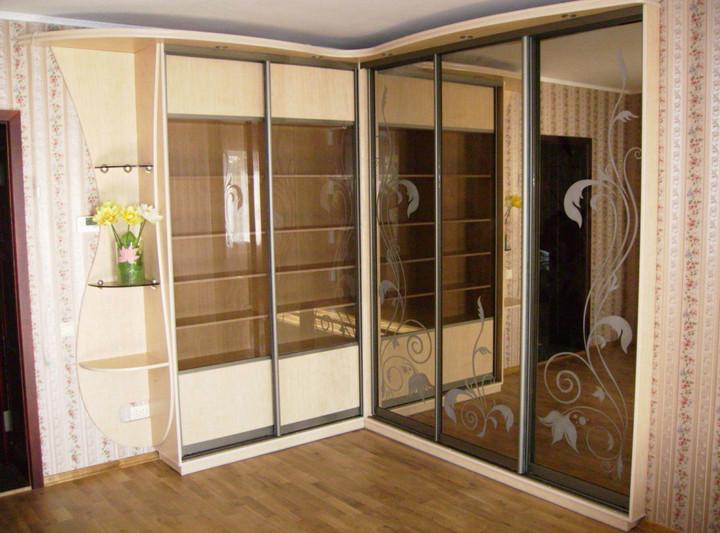 Угловой шкаф-купе с фасадами из зеркала с пескоструйной обработкой