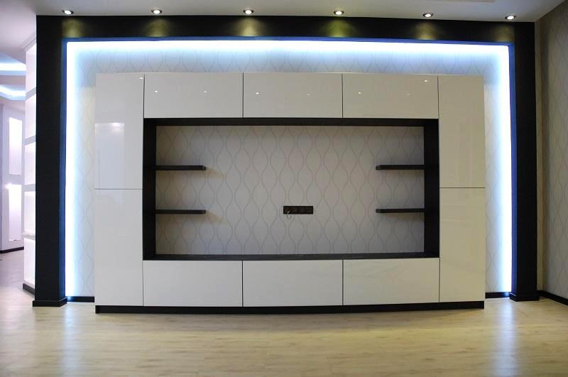 Гостиная стенка с зоной для телевизора с глянцевыми фасадами и подсветкой
