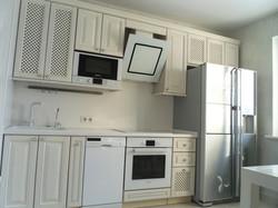 Прямая кухня с фасадами из массива