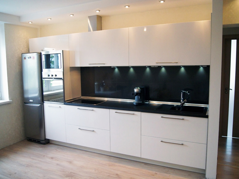 Прямая кухня в черно-белом цвете
