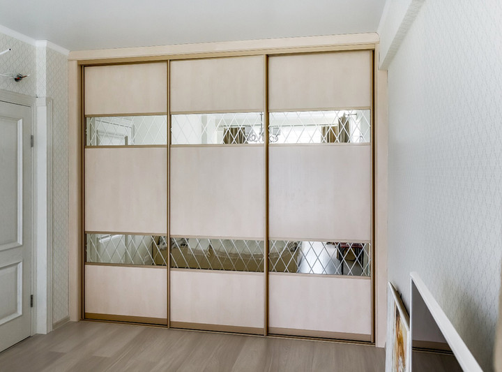 Встроенный шкаф-купе трехдверный с пескоструйным рисунком на зеркале