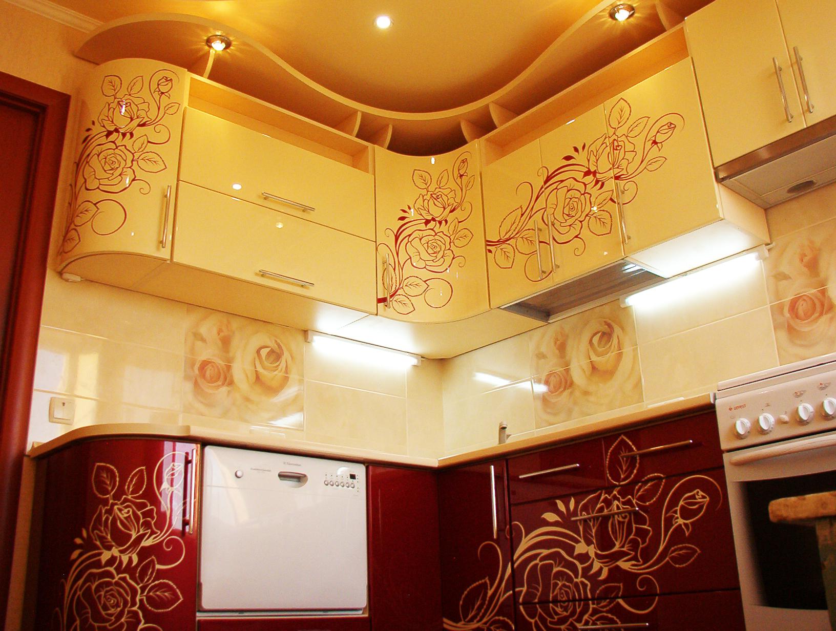 Яркая кухня с фотопечатью на фасадах