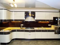 Радиусная кухня в черно-белом цвете