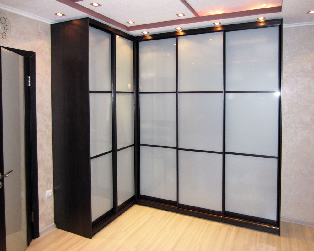 Угловой шкаф с фасадами серого цвета