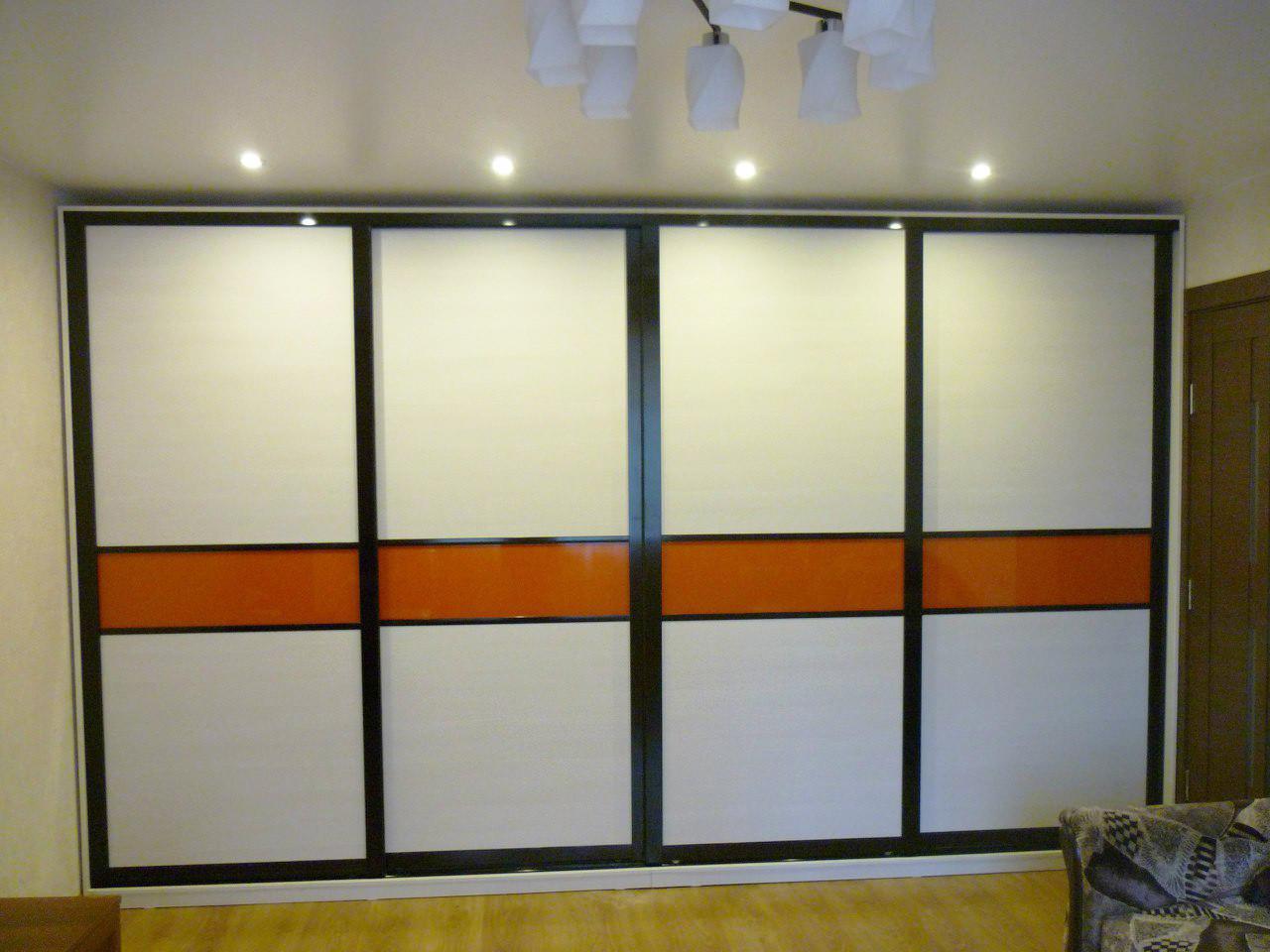 Шкаф-купе четырехдверный с декоративными вставками оранжевого цвета