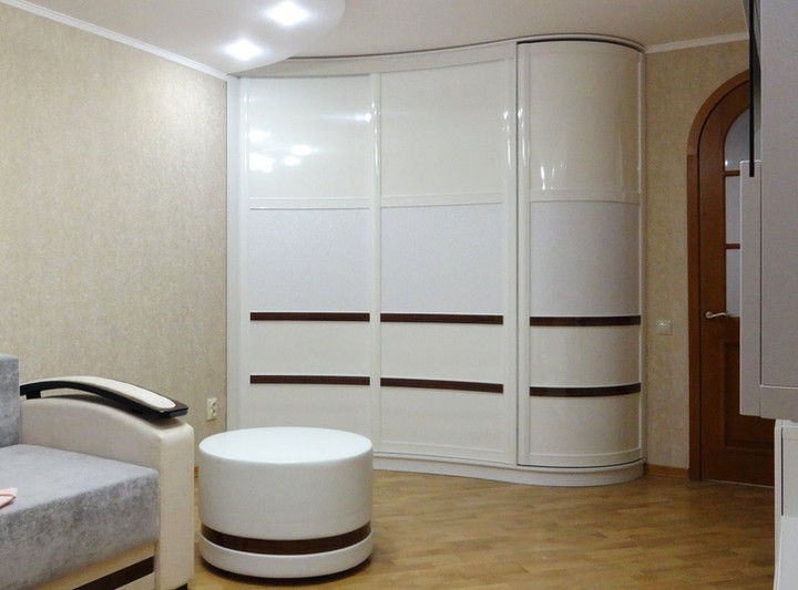 Белый радиусный шкаф-купе