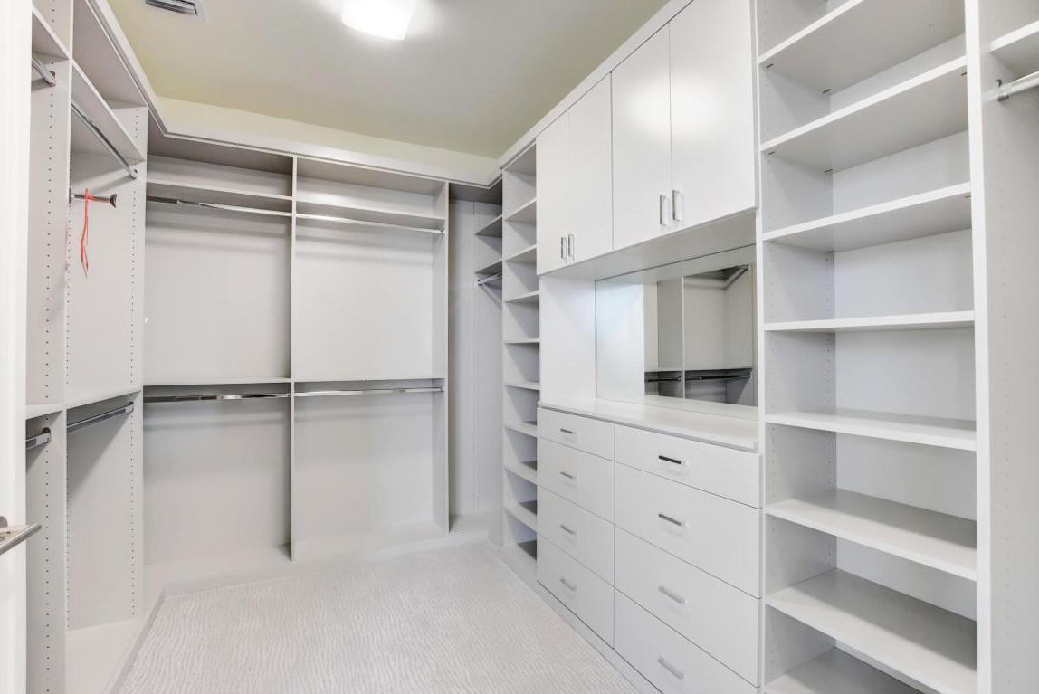 Белая гардеробная комната для загородного дома