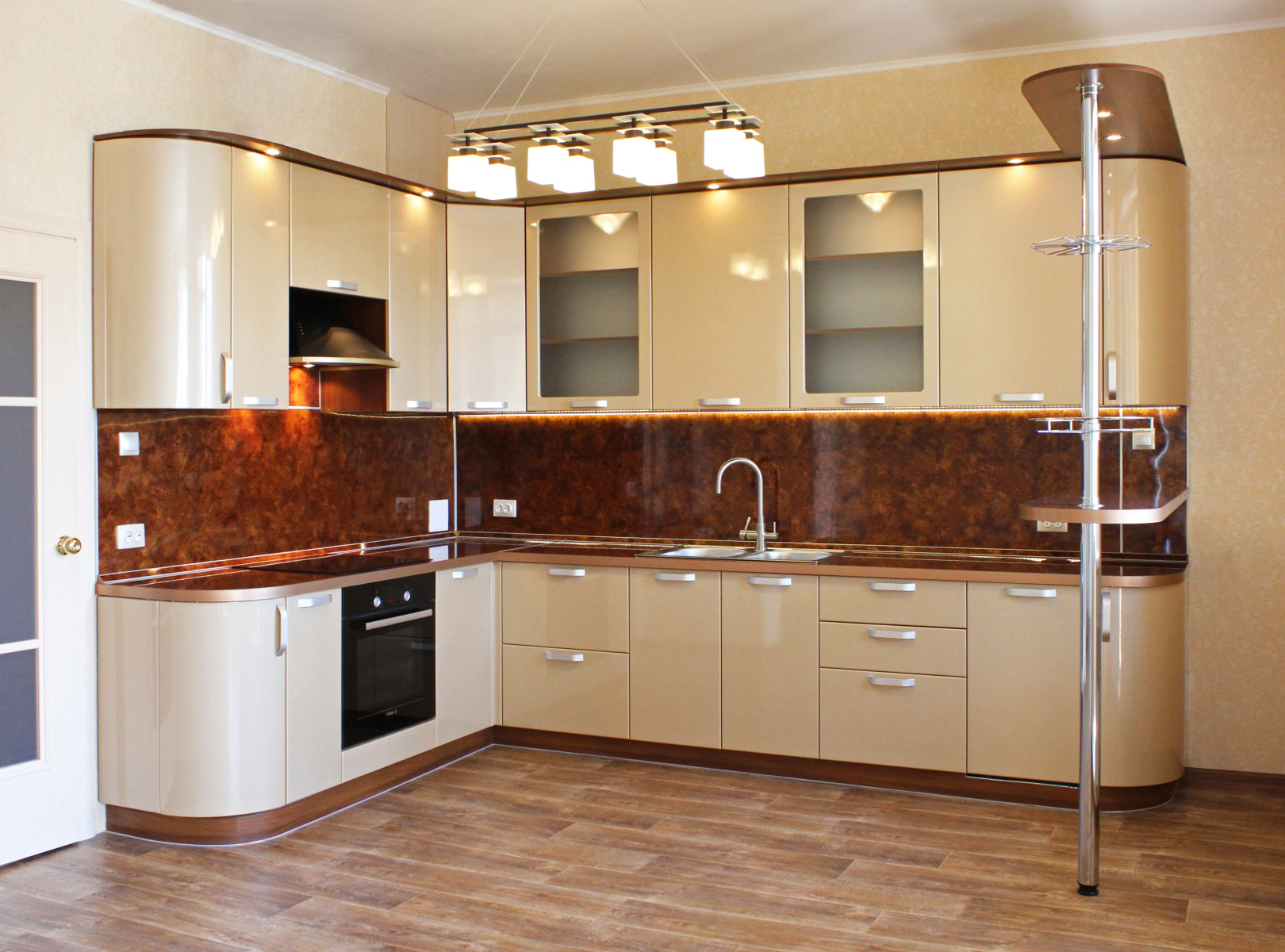 Светлая кухня радиусными элементами