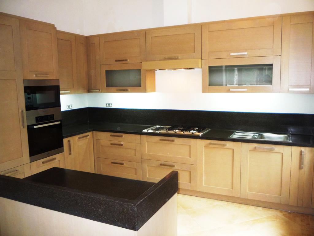 Кухня с черной акриловой столешницей