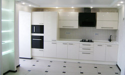 Кухня с белыми глянцевыми фасадами