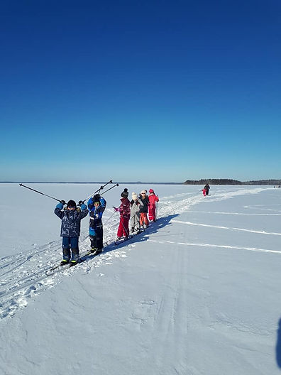 lapset hiihtää.jpg