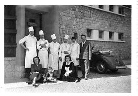 La famille Laux devant leur restaurant à la montagne
