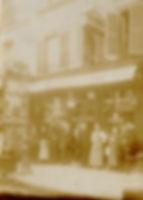 Toute la famille Laux devant leur premier restaurant. Pas encore à Saint-germain-en-laye