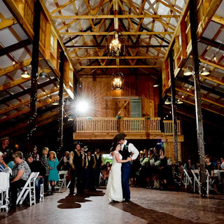 wedding groom and bride dancing