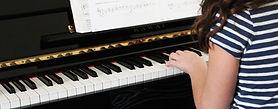 初級ピアノを弾く女の子