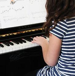 女孩玩鋼琴初學者